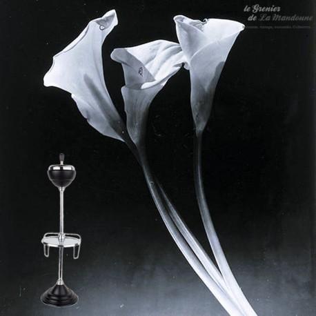 Le Grenier de la Mandoune.  Cendrier vintage sur pied avec porte revue & tablette ronde, années  années 1960 / 1970