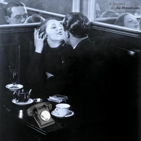 Le Grenier de la Mandoune. Ancien téléphone des PTT France en bakélite noir avec cadran à clapet 1960