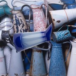 Le Grenier de la Mandoune. Broc à eau ancien en métal émaillé couleur  dégradé bleu vintage