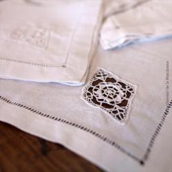 Ensemble composé de 10 serviettes anciennes à thé, crochetées