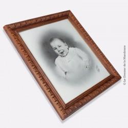 Edouard Allevy, Paris. Portrait photographique de bébé signé avec Cadre ancien en bois sculpté