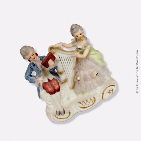 Figurine couple de musiciens en biscuit et dentelle