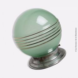 Plafonnier, globe en verre sablé vert,  5 filets dorées. French Design