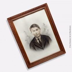 Cadre ancien en bois sculpté. Portrait photographique d'un jeune homme