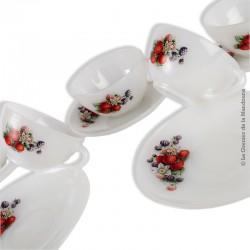 5 tasses avec soucoupes vintage ARCOPAL décor de Fruits rouges