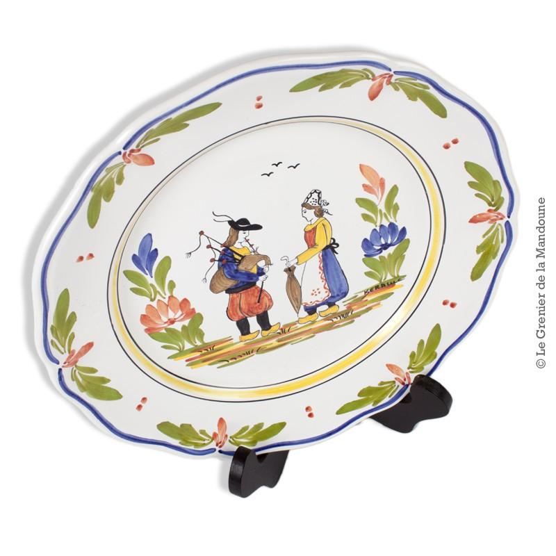 Assiette en faïence de Quimper Kéraluc, décor Bretons peint main