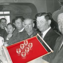Le Grenier de la Mandoune. 6 petits verres à rinquinquin ou alcool en verre soufflé moulé liseré or