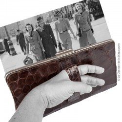 Pochette à main de femme, en cuir gaufré imitation croco 1947