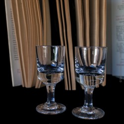 2 petits verres à rinquinquin ou alcool en verre soufflé moulé