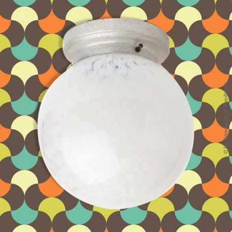Le Grenier de la Mandoune. Plafonnier, applique vintage, globe verre de Clichy  blanc déco des années 1960. French Design