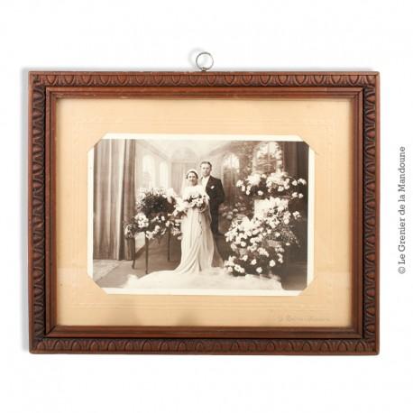 Le Grenier de la Mandoune. Cadre ancien en bois sculpté. Photographie d'un couple de jeune marier. Signé J. Belotte . Nanterre