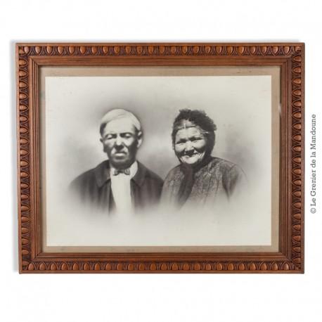 Le Grenier de la Mandoune. Cadre ancien en bois sculpté vers 1920, sous verre. Portrait photographique d'un couple