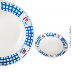 Le Grenier de la Mandoune. 2 assiettes creuses K&G, déco style vichy bleu et fleurs pétales rouges au pochoir