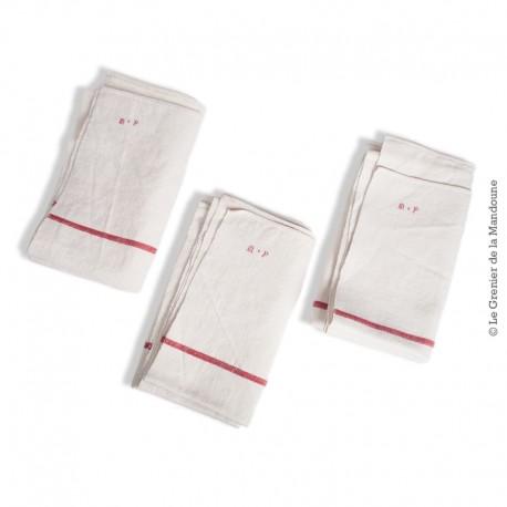 Le Grenier de la Mandoune. Lot de 3 grands torchons anciens lin/coton épais à liteaux rouge, monogramme rouge « M ◊ P »