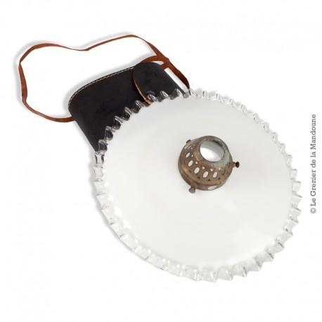Le Grenier de la Mandoune. Abat-jour ancien Opaline blanche dentelée transparente, Griffe laiton