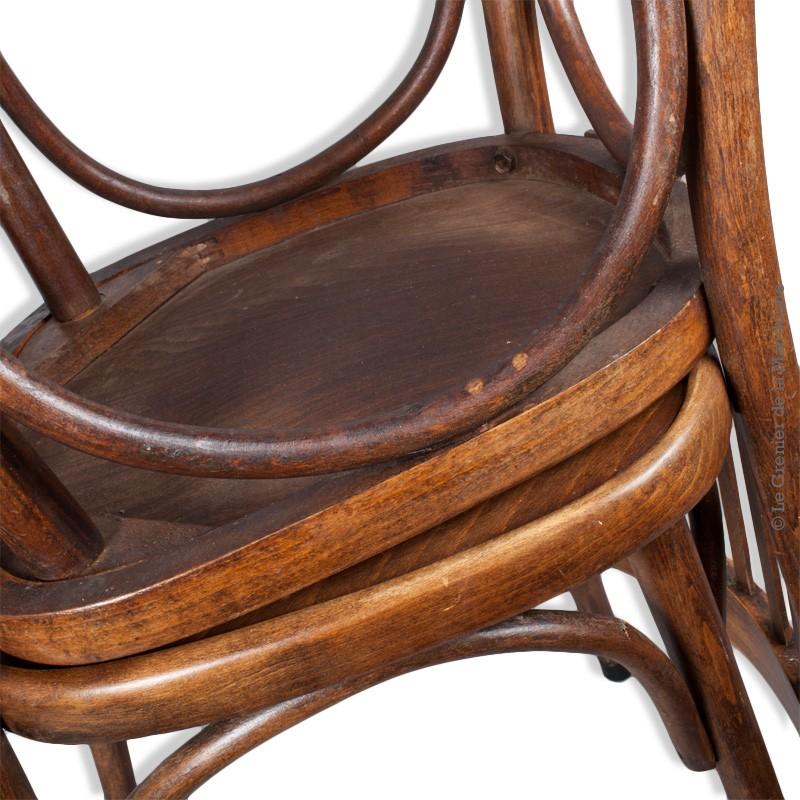 paire de chaises en bois de type bistrot anciennes. Black Bedroom Furniture Sets. Home Design Ideas