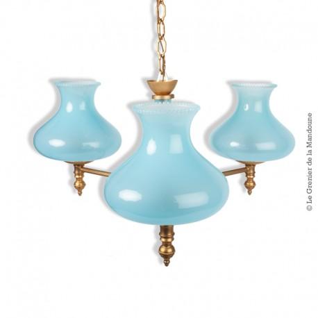Le Grenier de la Mandoune. Ancien beau lustre suspension en laiton doré + 3 tulipes en verre opaline bleu