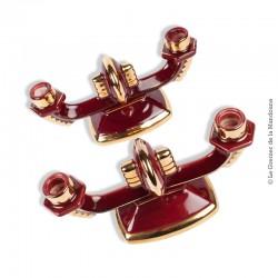 Le Grenier de la Mandoune. Paire de bougeoirs chandeliers années 1930 1940 céramique grenat et or