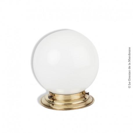 Le Grenier de la Mandoune. Plafonnier, globe en opaline blanc déco des années 1960. French Design