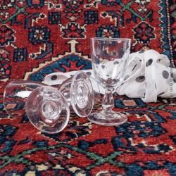 Le Grenier de la Mandoune. 3 petits verres à pied, alcools digestifs, verres soufflés XVIII ème siècle