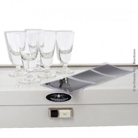 Le Grenier de la Mandoune. 5 petits verres à alcool en verre soufflé moulé, début 20ème siècle