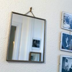 Miroir de barbier 1950 avec chainette 28,5 x 23,5 cm