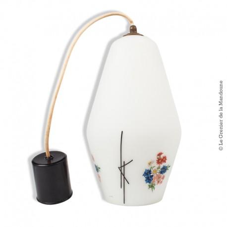 Le Grenier de la Mandoune. Lustre suspension opaline blanche avec décor fleurs et graphisme noir en relief vintage