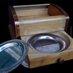 Ancienne boîte à cigares en bois d'érable et métal cuivré, ouverture coulissante avec coupelles, art déco