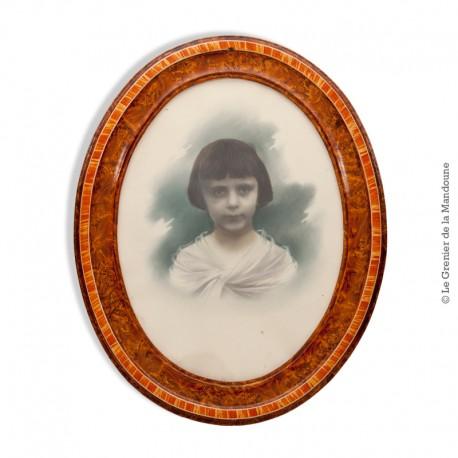 Le Grenier de la Mandoune. Portrait photographique d'une jeune fille, rehaussée en couleurs vers 1940 - 1950, cadre ancien en lo
