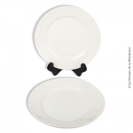 Le Grenier de la Mandoune. 2 anciennes assiettes plates , faïence blanche France, avec tampon numéroté incrusté. Fin 19ème