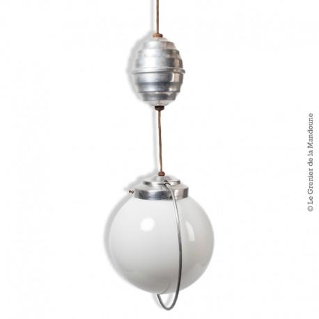 Le Grenier de la Mandoune. Suspension monte et baisse vintage opaline blanche et aluminium / Lustre vintage