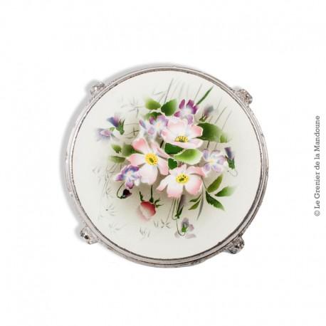 Le Grenier de la Mandoune. Dessous de plat ancien en faïence cerclé de métal, décor  « Fleurs ». French Vintage