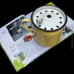 Ancienne casserole ou pot à lait en tôle émaillée anti débordement vintage. Rare
