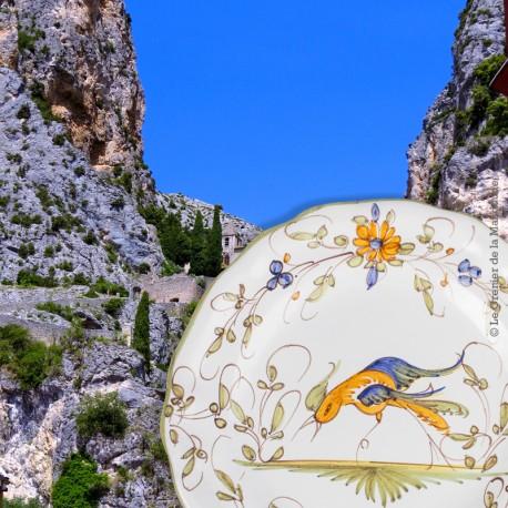 Le Grenier de la Mandoune. Assiette en faïence de Moutiers signée D.M., décor à l'oiseau