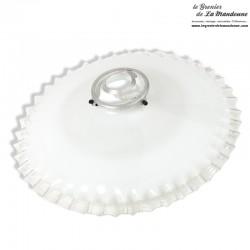 Ancien Abat-jour Opaline blanche dentelée transparente avec sa griffe en fer blanc