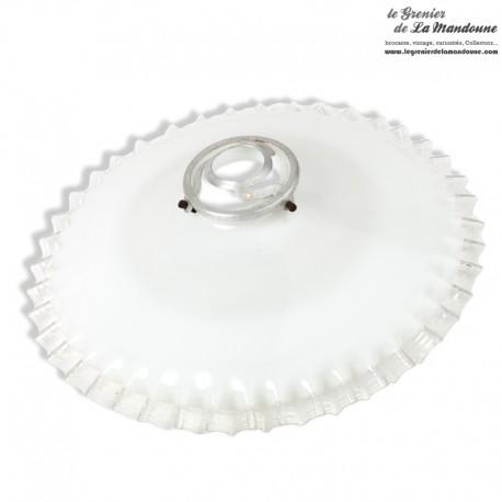 Le Grenier de la Mandoune. Ancien Abat-jour Opaline blanche dentelée transparente avec sa griffe en fer blanc