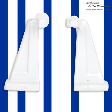 Le Grenier de la Mandoune. 2 anciennes pateres salle de bain en porcelaine blanches