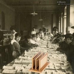Le Grenier de la Mandoune. Ancien petit classeur à lettres de bureau, en bois et rotin tressé. French antique