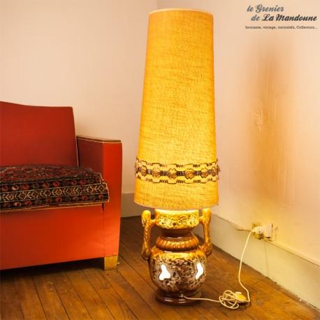 Le Grenier de la Mandoune. Lampe de sol Vintage, pied en céramique et abat jour tissu des années 1970